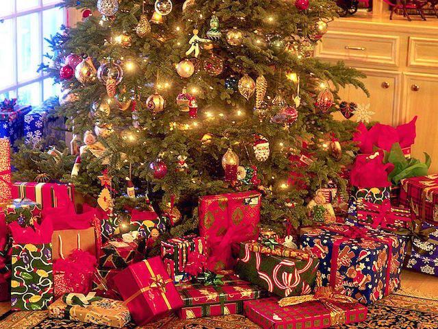 regalos-bajo-arbol-de-navidad-hxougrugr-uoexgexou